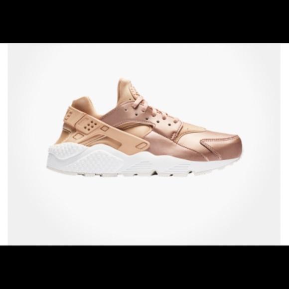 f36e1bc896fe2 Nike Huaraches - Bronze Pink. M 5b3c509361974558dc73c2ba